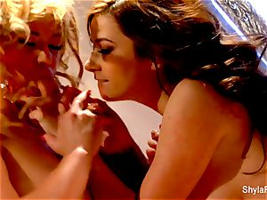 Shyla Stylez gets down and messy with Taylor Vixen