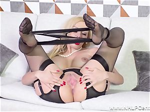 gorgeous cougar unwraps off ebony underwear fingerblasting in nylons
