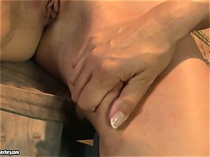 Mandy Bright bind a hot honey with string on the table