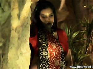 Indian mummy stunner Is unbelievable When She Dances