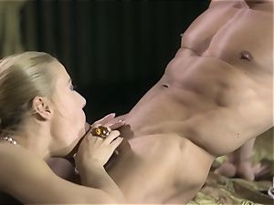 Nikky Thorne wraps her lips around muscular mans hard-on
