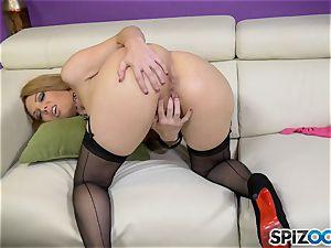 Kiki Daire masturbating