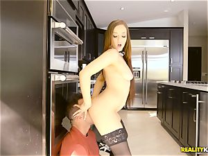 Getting deep into the pussyhole of maid Jessie Lynne